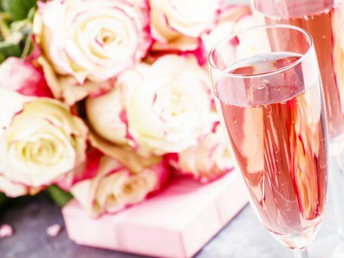 Romatisches Wochenende mit Sekt und Rosen